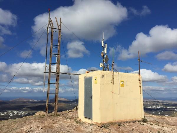 Broken mast & UHF antennas at summit